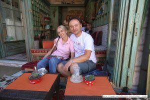 Amel und Hana Salihbasic im Teehaus Dzirlo in Sarajevo