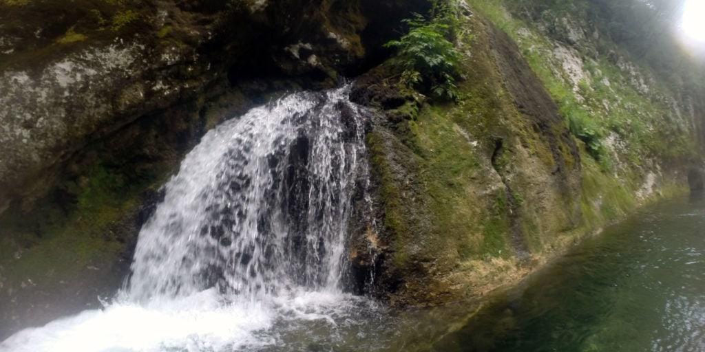 Kleine Wasserfälle säumen den Weg