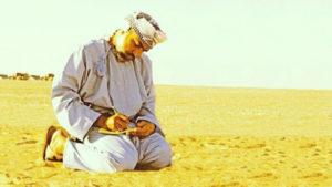 sultan-qaboos-kniet-wueste