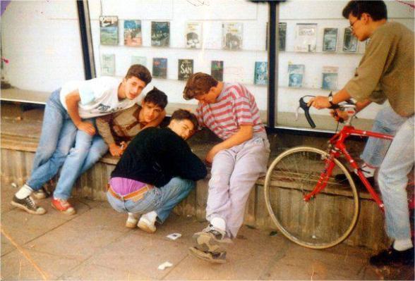 ALE (links) mit seinen Freunden. Das Foto wurde im Sommer 1991 von mir aufgenommen