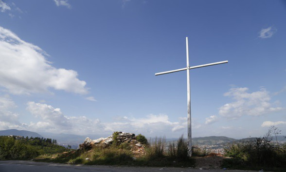 osvanuo-krst-na-zlatistu-iznad-sarajeva-porodice-zrtava-ga-smatraju-provokacijom_trt-bosanski-29737